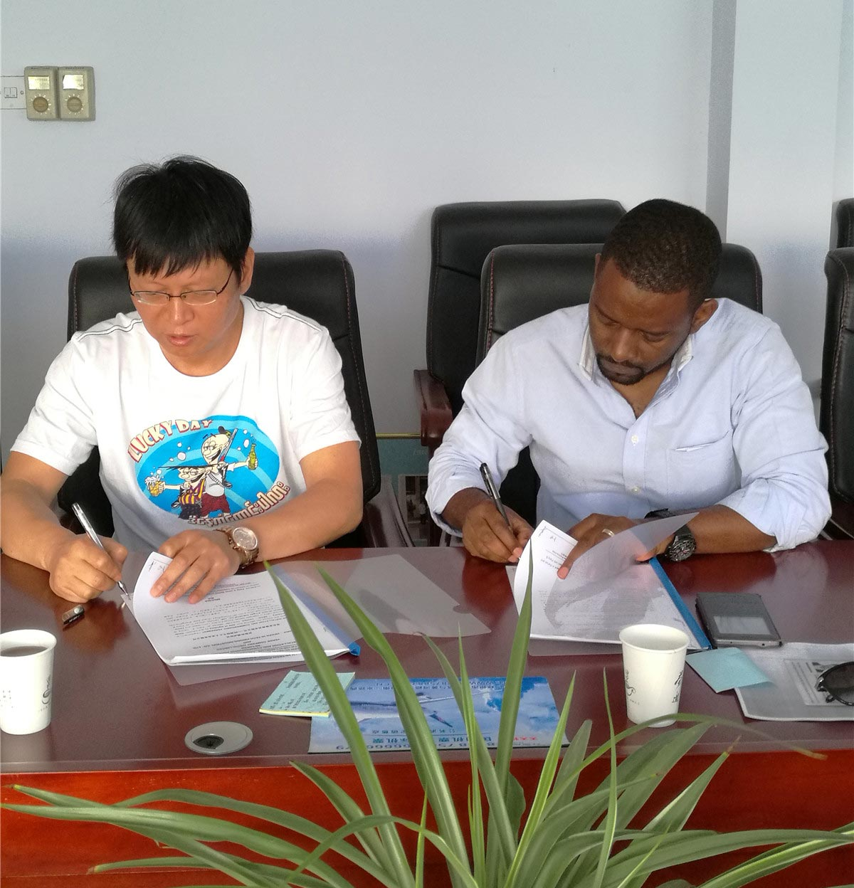 Kenyan customers visited and signed contracts for soybean oil production